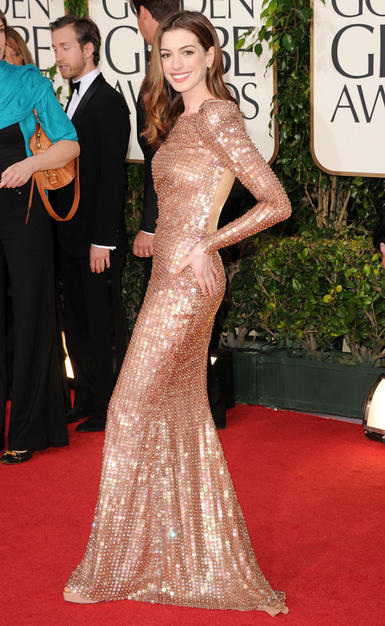 anne hathaway golden globes 2011 hair. Ann Hathaway (in Armani Prive)